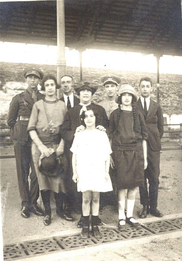 Jose Aranguren con su esposa y sus seis hijos