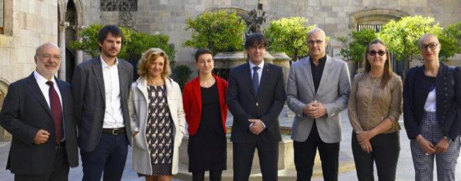Carles Puigdemont y Raül Romeva, junto a parlamentarios europeos de...