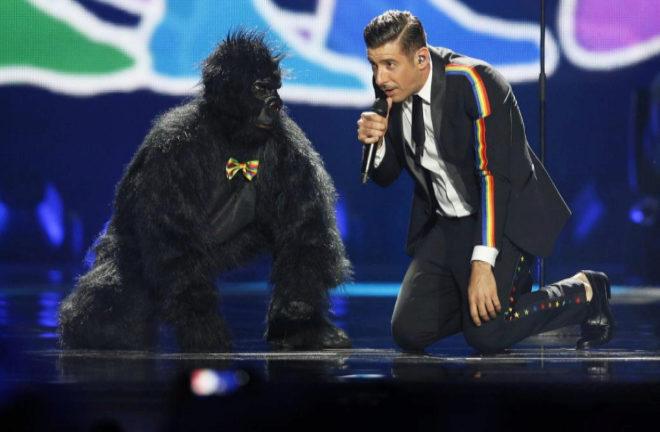 El italiano Francesco Gabbani y su 'simio' bailarín.