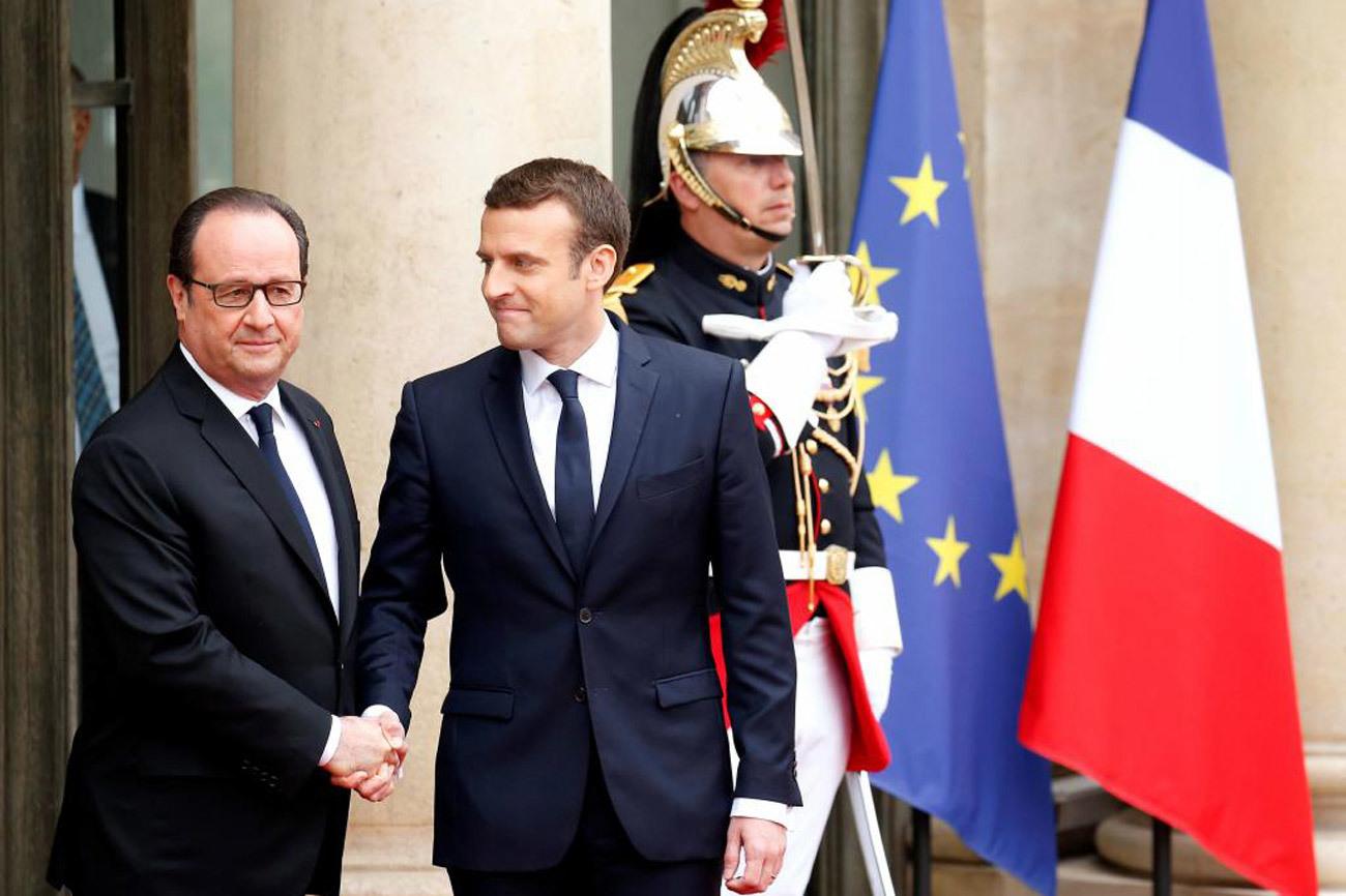 El presidente saliente de Francia, François Hollande, saluda a su...