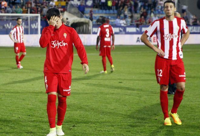 Jorge Meré y Mikel Vesga, tras confirmarse el descenso a Segunda.