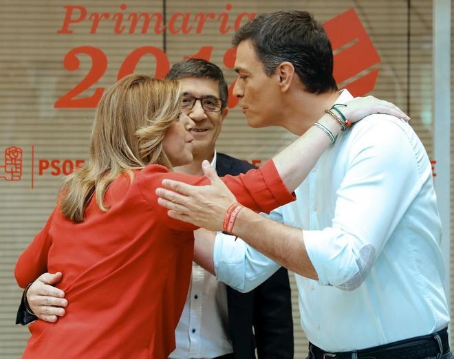 Susana Díaz y Pedro Sánchez se saludan en presencia de Patxi López, al inicio del debate en la sede del PSOE.