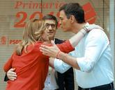 Susana Díaz y Pedro Sánchez se saludan en presencia de Patxi López,...