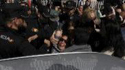 La tonadillera Isabel Pantoja a su salida de la Audiencia Provincial de Málaga, el 16 de abril de 2013, tras conocer su condena de 24 meses de prisión por el delito de blanqueo de capitales.
