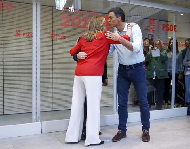 Susana Díaz y Pedro Sánchez se saludan antes del inicio del debate.