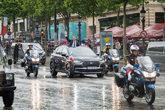 Emmanuele Macron, presidente de Francia saluda desde su DS 7...