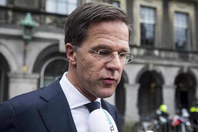 El primer ministro en funciones de Holanda, Mark Rutte a su salida de las negociaciones de un nuevo gobierno en La Haya.