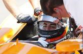 Fernando Alonso recibe indicaciones de su equipo (McLaren Andretti)...