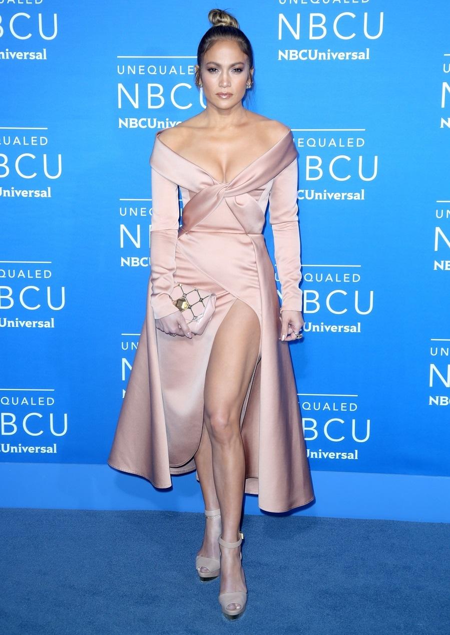 Jennifer Lopez con un vestido de raso de Alta Costura de Elie Saab