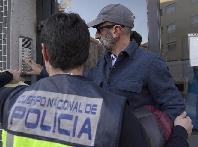 Imagen de archivo de Ernesto Colman, dueño de Vitaldent, en un registro en la sede de la calle Albalá en febrero de 2016, tras ser detenido por la policía por fraude.