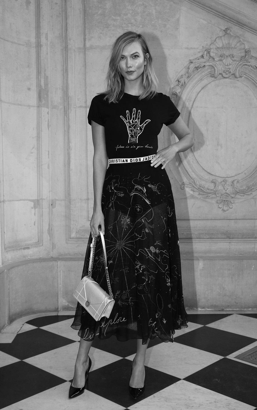 Karlie Kloss en el desfile de Dior de París con camiseta de la firma.