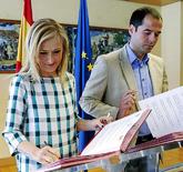 Cristina Cifuentes e Ignacio Aguado firmando, en junio de 2015, el...