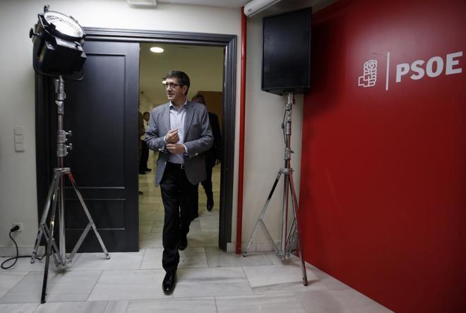 Patxi López llega a la rueda de prensa ofrecida hoy en Madrid.