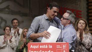 Roberto Tornamira saluda afectuosamente a Pedro Sánchez en la sede...