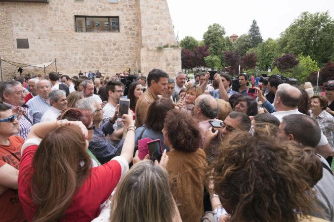 El candidato socialista, Pedro Sánchez, rodeado de militantes en su...