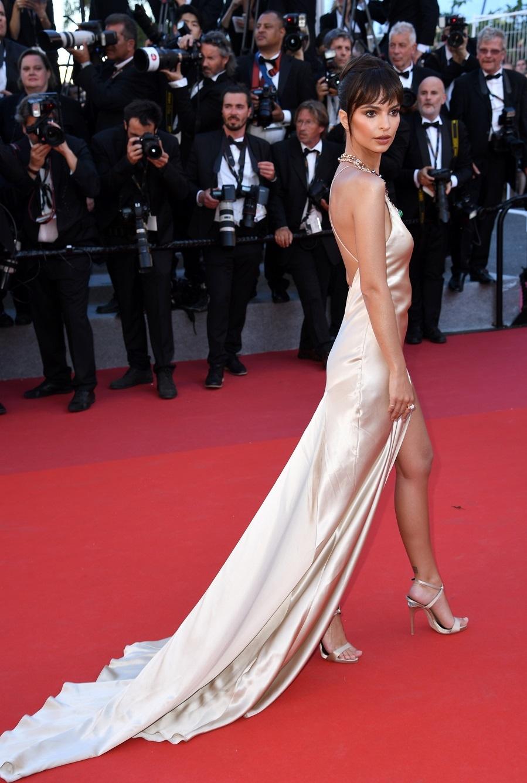 Emily Ratajkowski eligó un vestido nude de aires lenceros firmado...