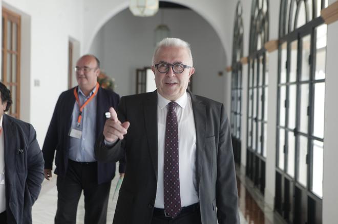 El consejero Sánchez Maldonado, en los pasillos del Parlamento este jueves.