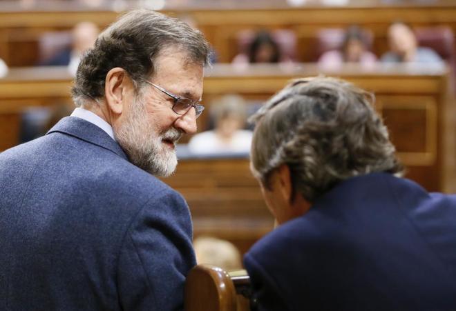 El presidente del Gobierno, Mariano Rajoy conversa hoy en el Congreso...
