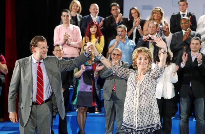 Mariano Rajoy y Esperanza Aguirre saludan al público en un mitin en Alcalá de Henares en abril de 2011.