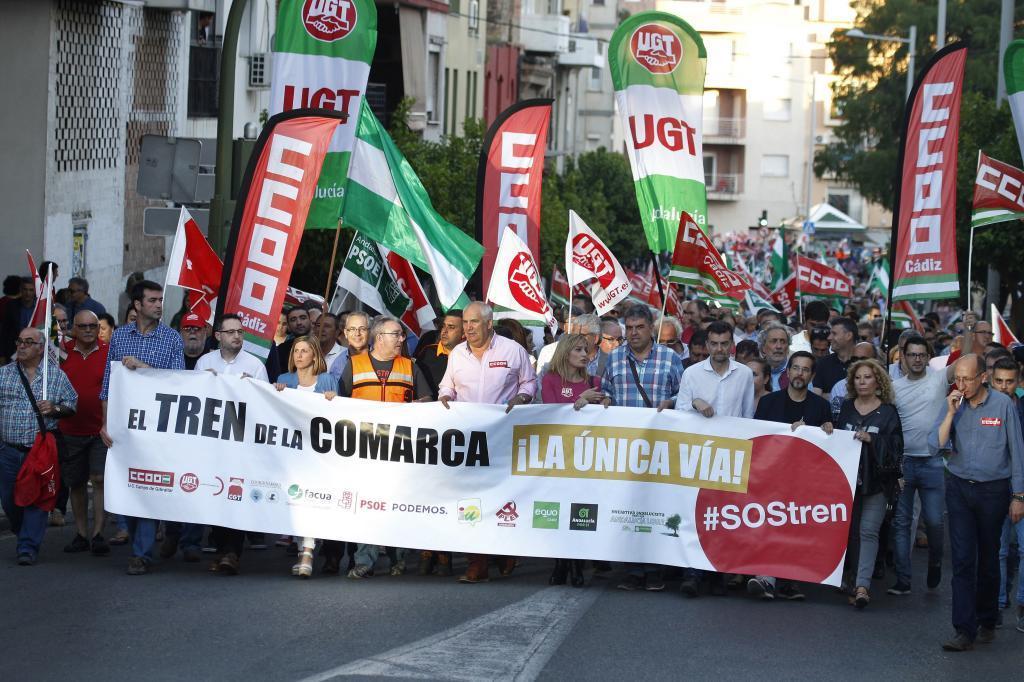 """Un momento de la marcha """"El tren de la comarca"""" que representantes sindicales y de diversos partidos políticos, colectivos y sectores han llevado a cabo hoy en Algeciras,"""