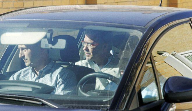 Francisco Granados, esperando en un coche mientras registran su casa el 27 de octubre de 2014, día en que fue detenido.