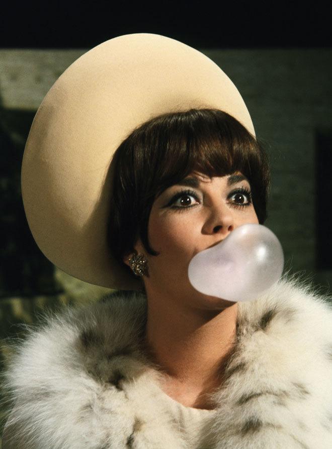 La actriz estadounidense Natalie Wood haciendo una pompa de chicle en...