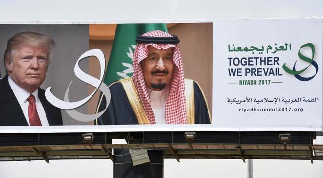 Un cartel publicitario en Riad muestra al presidente Donald Trump junto al rey Salman de Arabia Saudí.