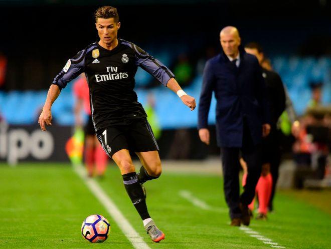 Cristiano controla el balón ante la mirada de Zidane, en el partido contra el Celta del pasado miércoles.