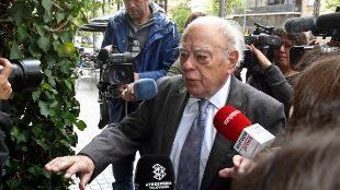 Jordi Pujol, rodeado de periodistas al llegar a su domicilio en...