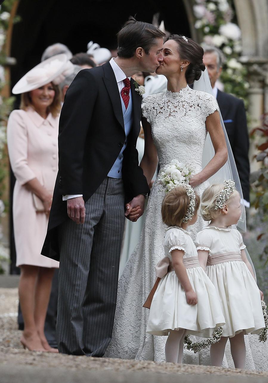 James Matthews y Pippa Middleton se dan uno de sus primeros besos como...