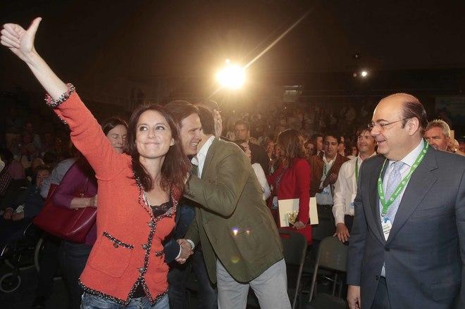Sebastián Pérez, a la derecha, y Andrea Levy, en Granada.
