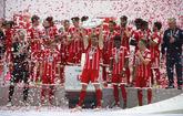 Xabi Alonso celebra con sus compañeros el título de la Bundesliga.