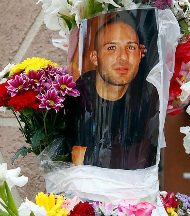 El Niño Sáez era un héroe para muchos vecinos del barrio de Puerta del Ángel. Allí han colocado en la calle un altar que se ha llenado de flores, poesías y peluches.