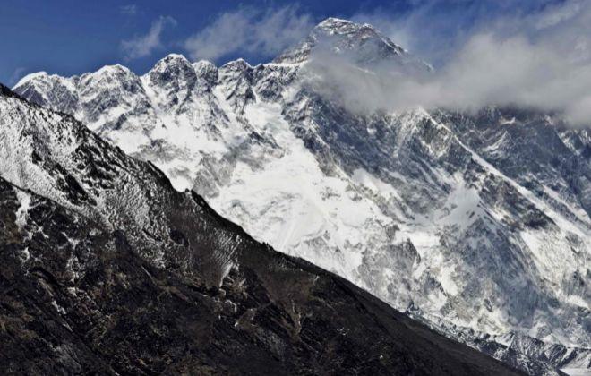 El Everest, al fondo, detrás del Nupse-Lohtse, en una imagen tomada el pasado 20 de abril.