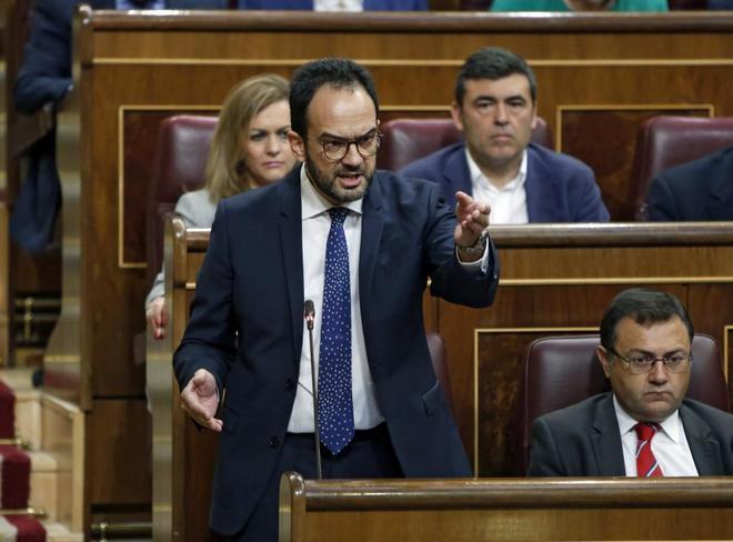Antonio Hernando, en su escaño del Congreso.