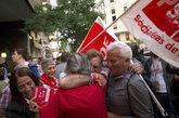 Simpatizantes de Pedro Sánchez celebran los primeros resultados ante...