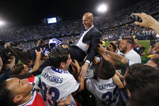 Los jugadores del Real Madrid mantean a Zinedine Zidane.
