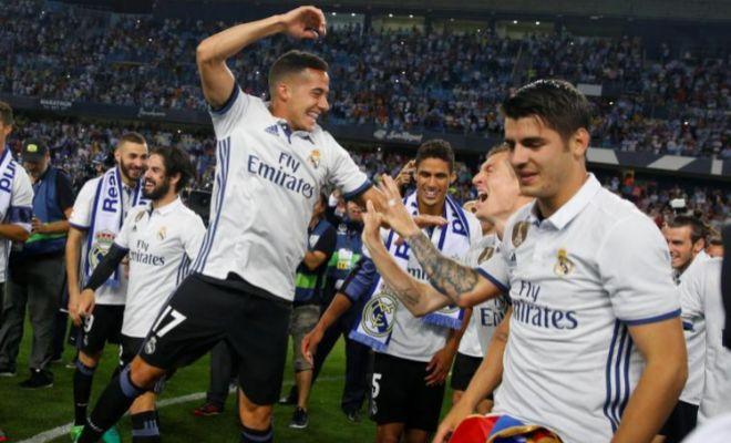 Lucas Vázquez y Morata festejan el título de Liga sobre el césped de La Rosaleda.