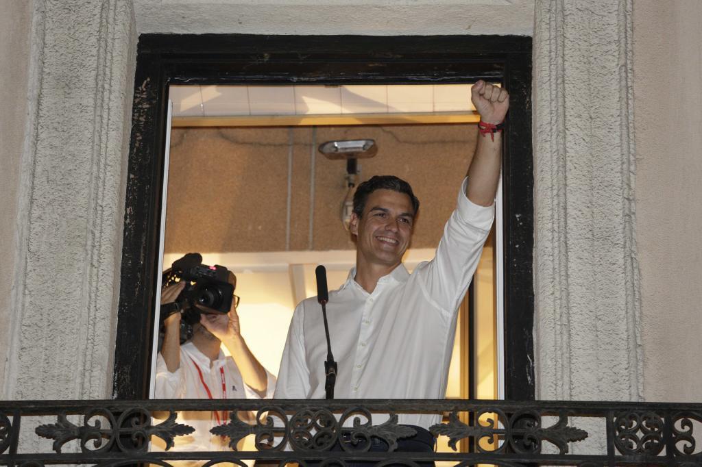 Pedro Sánchez celebrando su victoria en las primarias, en el balcón...