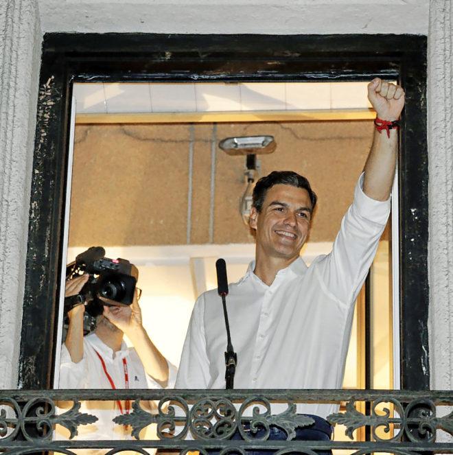 Pedro Sánchez, eufórico, celebrando el triunfo de anoche en el...