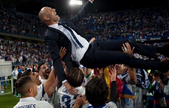 Zidane, manteado por sus jugadores en el césped de La Rosaleda, en Málaga.