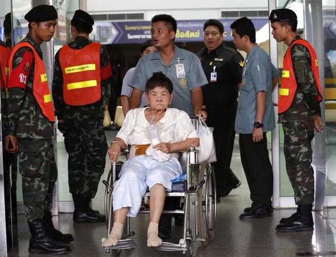 Pacientes evacuados del hospital militar Phramongkutklao en Bangkok (Tailandia) tras la explosión.