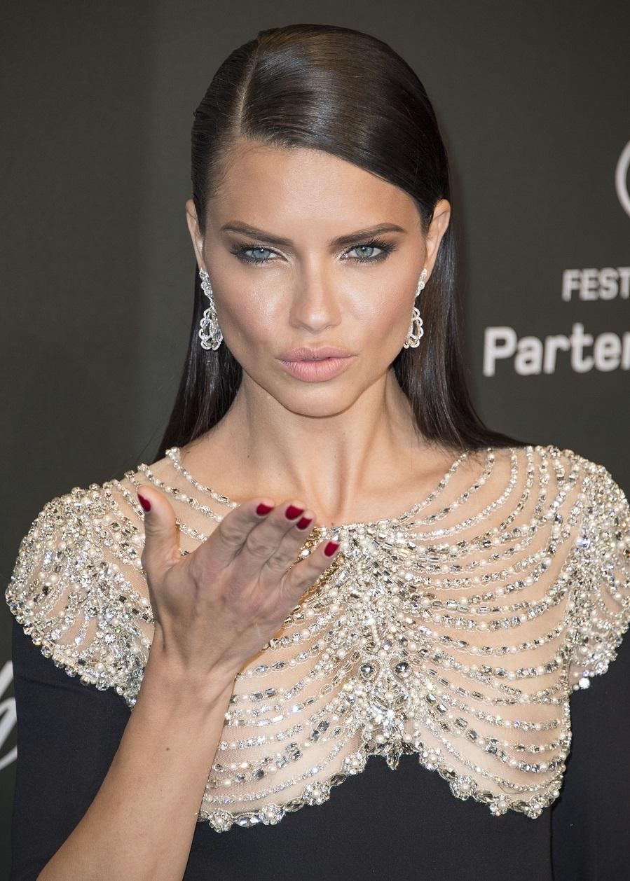 Con raya marcada y con efecto extra liso, la apuesta de Adriana Lima