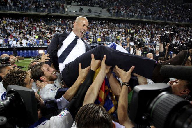 Los jugadores del Real Madrid mantean a Zidane, este domingo, tras ganar la Liga en La Rosaleda.
