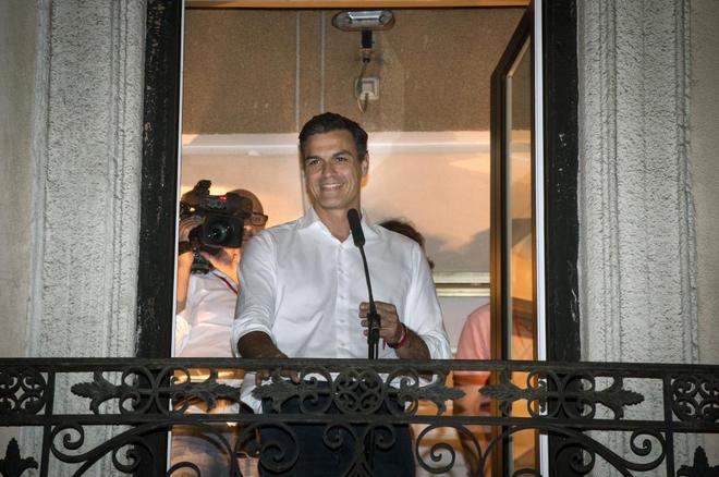 Pedro Sánchez sale al balcón en la sede socialista de Ferraz, este...