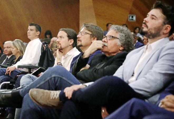 Pablo Iglesias, en primera fila, escuchando ayer a Puigdemont, junto a...