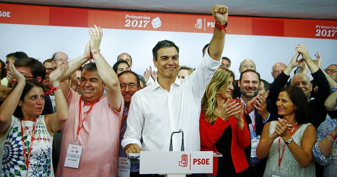 Pedro Sánchez celebra el domingo el resultado de las primarias con su...