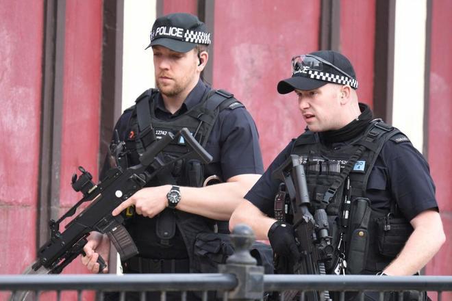 Policías armados recorren el Manchester Arena tras el atentado.