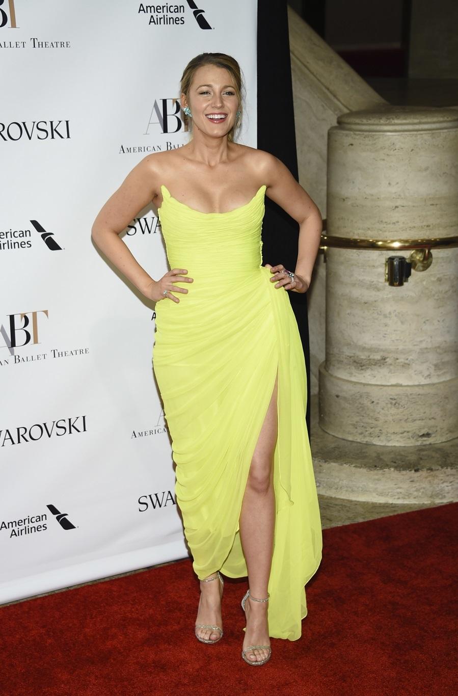 Blake sorprendió con un vestido que además de la abertura y pliegues...