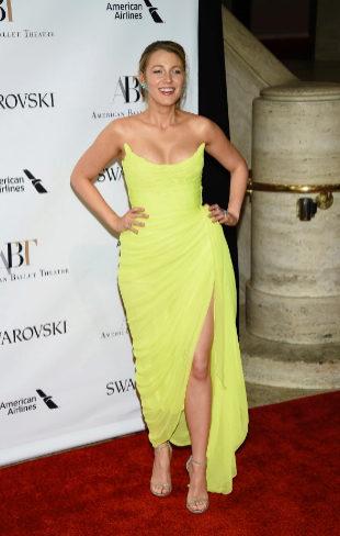Blake Lively con un vestido amarillo de Óscar de la Renta